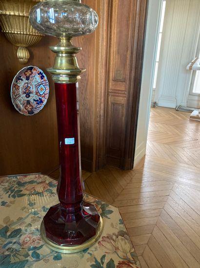 Pied de lampe en verre rouge facetté. Eclats....