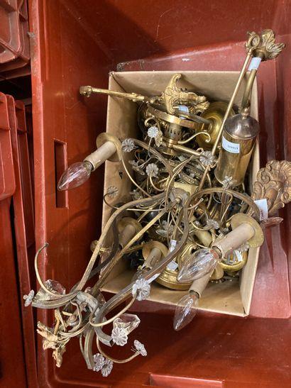 Caisse comprenant un lustre à pampilles très...