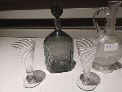 Ensemble de verres : paire de verre tulipe décor torsadé, petite carafe avec un...