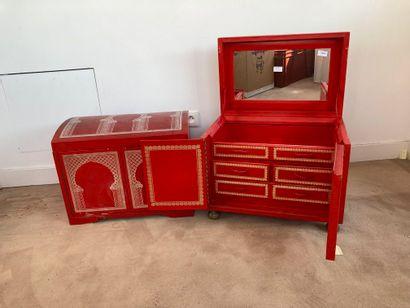 Deux petits coffres orientaux couleur rouge...