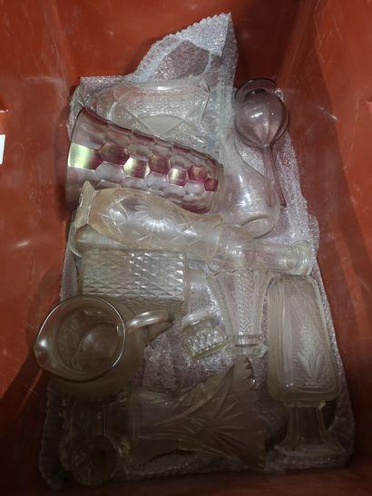 2 caisses de verrerie, verre de Bohème, carafes, vases coupes et divers en l'état...