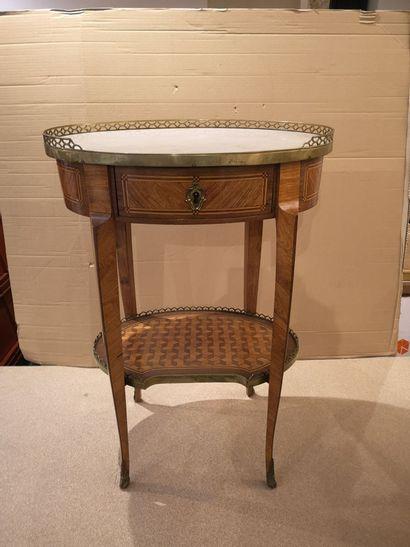 Guéridon ovale de style Louis XVI en placage...
