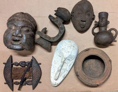 Caisse de masques africains dont masques, et récipients...