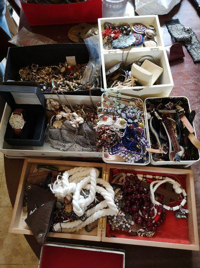 Fort lot de bijoux fantaisies dont montres,...