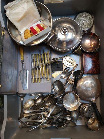 Mannette de métal argenté comprenant couverts dépareillés, poêlon Christofle, légumier...