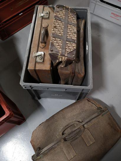 2 caisses comprenant verres de couleurs, suspensions cuivres et valises