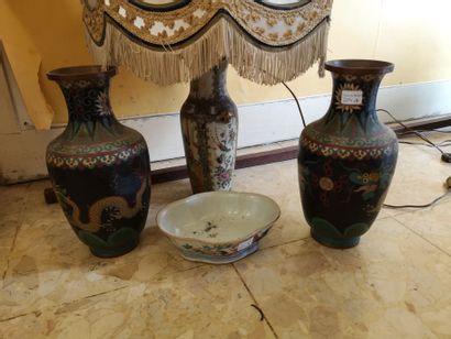 CHINE. Coupe en porcelaine décor polychrome...