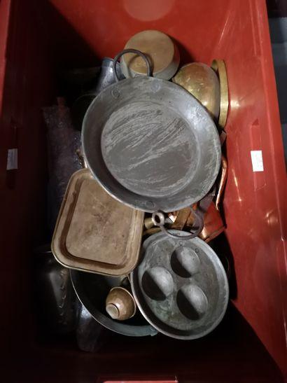 2 caisses comprenant faïence et porcelaine divers, étain et cuivre en l'état