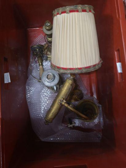 2 caisses de matériel de bureau dont lampes flambeaux et portes courriers en l'état...