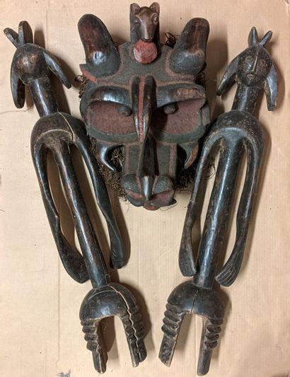 Caisse de d'objets africains dont grand masque...