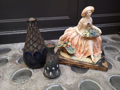Deux vases en Quimper à fond bleu et vert...