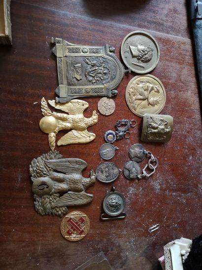 Lot de médailles et décorations , plaques...