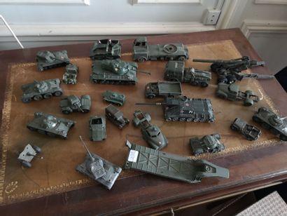 Lot de miniatures militaires dont Dinky Toys,...