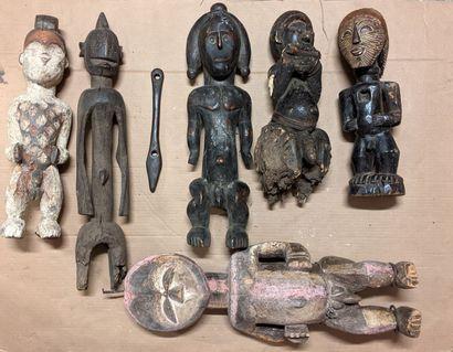 Caisse d'objets africains dont sculptures