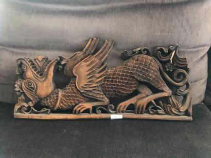 Fronton en bois à décor de dragon. Dim. :...
