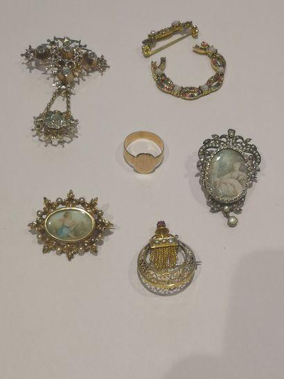 Lot comprenant : Broche perles et pierres...