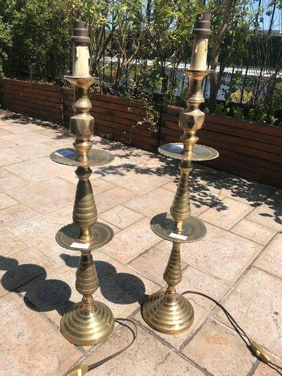 Deux flambeaux orientaux montés en lampe....