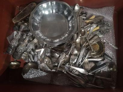 Trois manettes de métal argenté et divers...