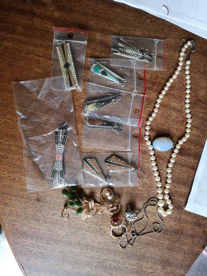 Lot de bijoux fantaisie : pierre ovale, pendants...