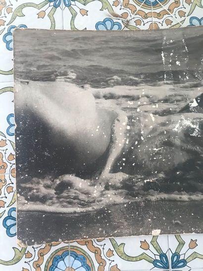 Attribué à Lucien Clergue. Nu à la vague. Photo très accidentée. Dim. : 43 x 58...