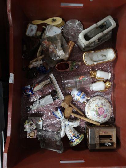 3 manettes de faîences, porcelaines et divers dont parties de services, assiettes...