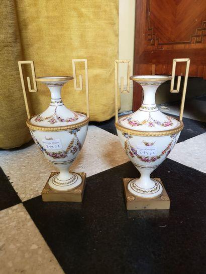 Paire de vase en porcelaine décor floral,...