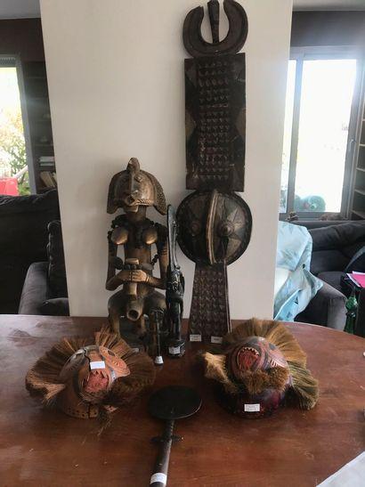 Lot de souvenirs d'Afrique : deux masques...
