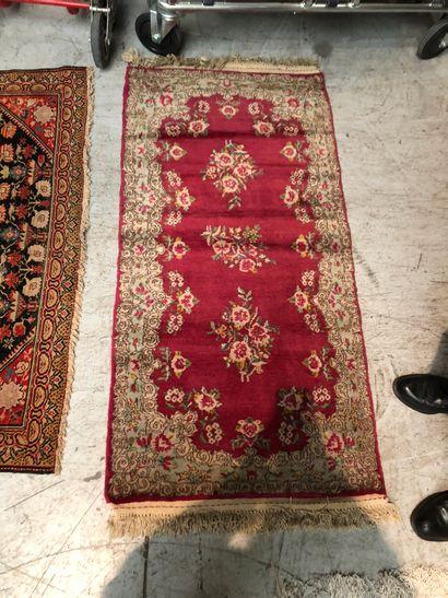 KIRMAN. Petit tapis fond rouge    Dim.: 145...
