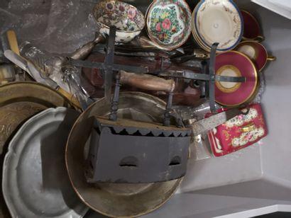 4 manettes de faîence, étain, porcelaine, et groupes sculptés dont cache pots, choppes,...
