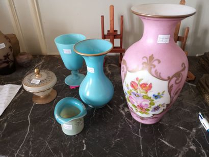Lot d'opalines et verres dont vase fond rose...