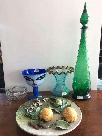 Lot grands flacon en verre vert (acc), coupe...