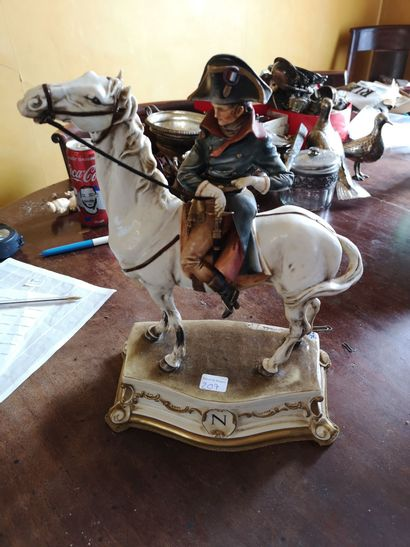 CAPODIMONTE. Napoléon à cheval, groupe en...