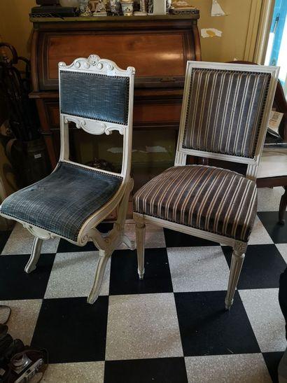 Paire de chaises laquées crème garnie de...