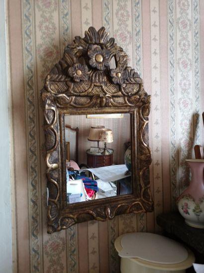 Petit miroir à fronton en bois doré décor...