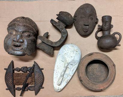 Caisse de masques africains dont masques,...