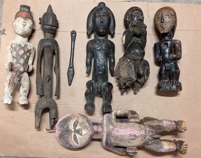Caisse d'objets africains dont sculpture...