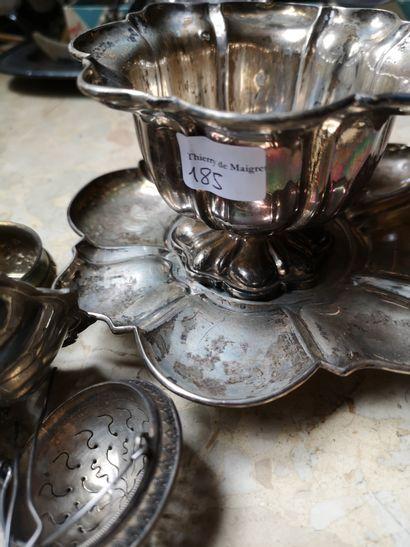 Tasse et sous-tasse en argent décor godronné...
