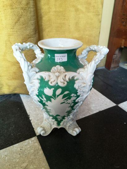 PARIS. Vase en porcelaine à fond vert et...