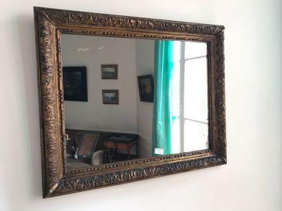 Cadre en bois doré, monté en miroir    Usures,...