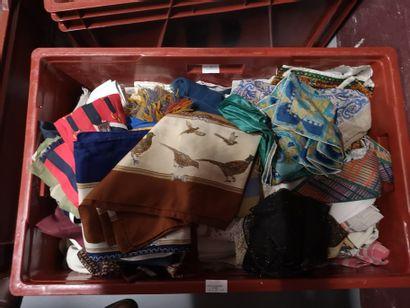 2 caisses linge de maison, foulard, fourrures...