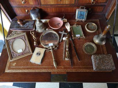 Lot d'objets de vitrine : miroir à main décor...