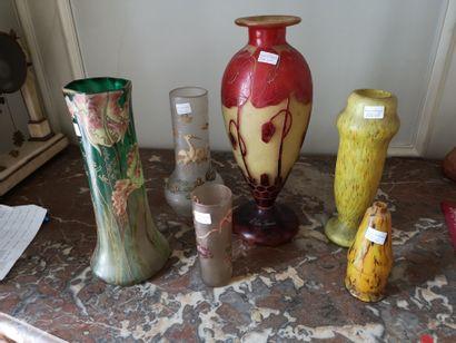 LE VERRE Français et divers. 6 vases décor...