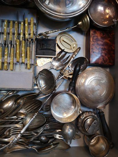 Mannette de métal argenté comprenant couverts...