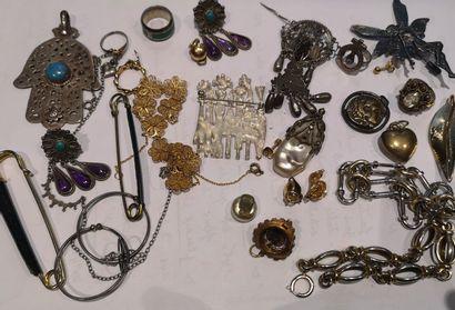 Lot de bijoux fantaisie, étui à cigarettes,...