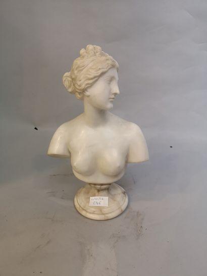 Buste d'Aphrodite en marbre blanc sur piédouche....