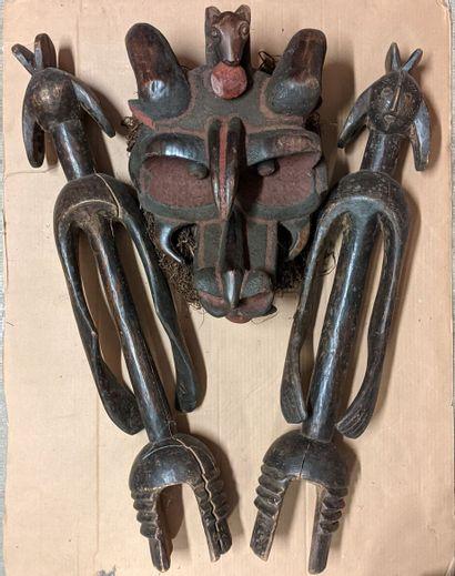 Caisse de d'objets africains dont grand masque et sculptures...