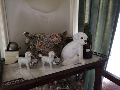 Lot de céramiques : paire de chiens tenant...