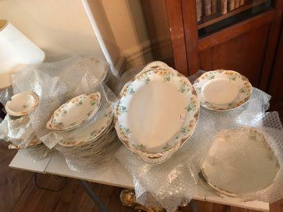 Service de table en porcelaine, décor floral...