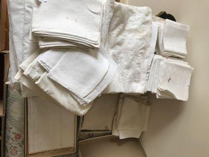 Lot de linge : serviettes nappes, draps blanc...