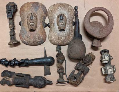 Caisse Lot d'objets africains dont boucliers,...